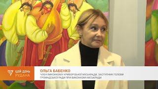 Ольга Бабенко в выставочном зале на открытии экспозиции ко Дню художника