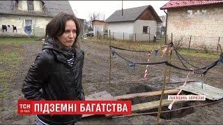 """На місці старої копанки нафти в Бориславі утворилась яма з """"чорним золотом"""""""