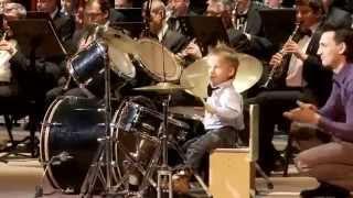 Un vero mito  a tre anni questo bimbo vi farà impazzire con il suo trascinante talento