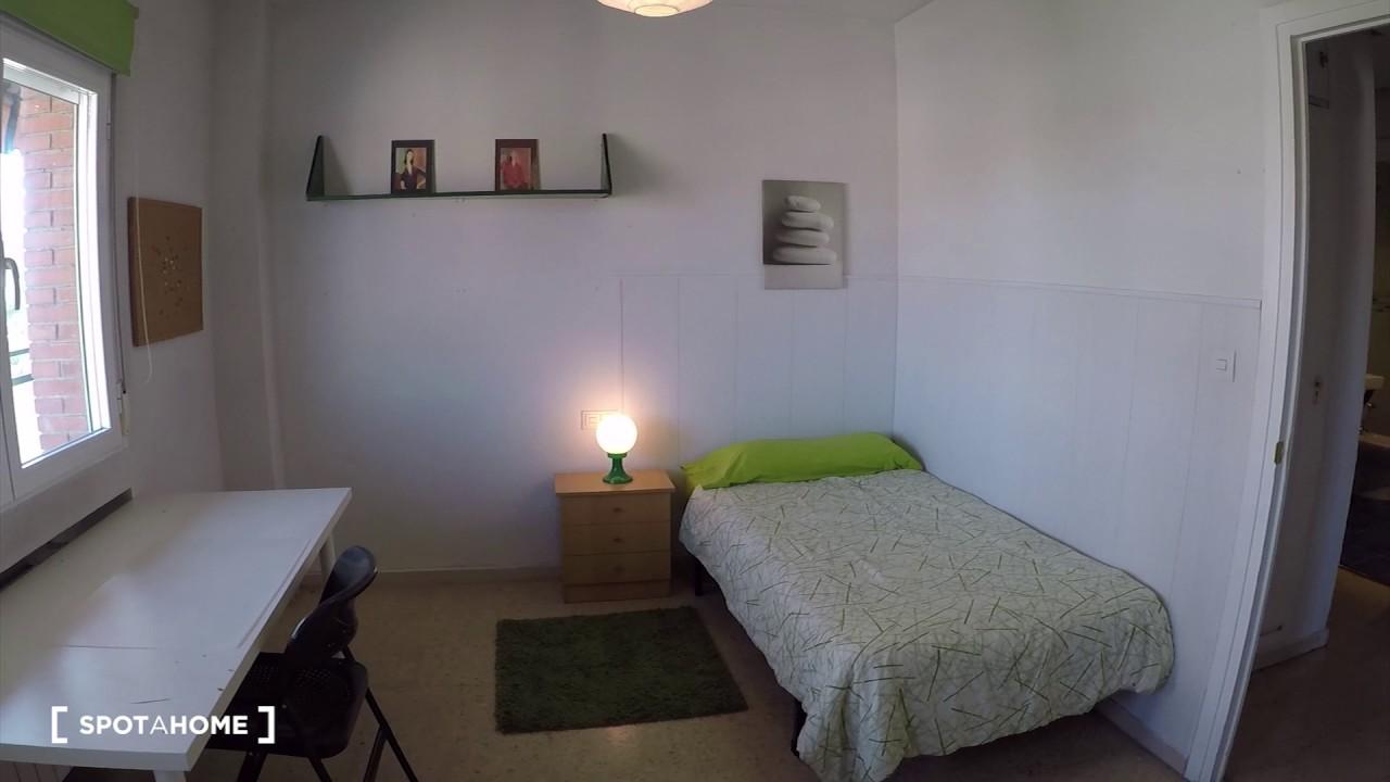 Rooms to rent in 4-bedroom apartment with balcony in Puerta del Angel