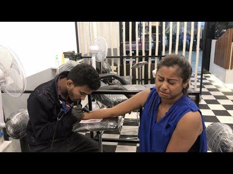 Indian vlogger Soumali    Tattoo banane ke Waqt.....