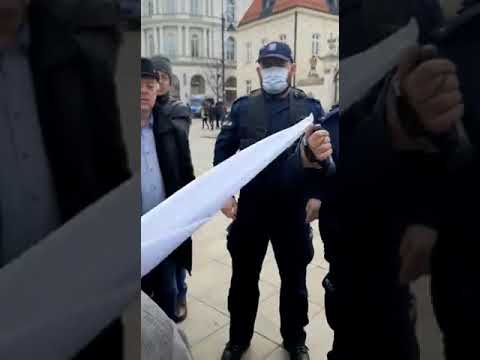 Agresywne zachowanie policjanta na Krakowskim Przedmieściu w Warszawie