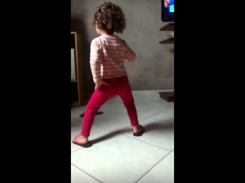 Bebê de 2 anos dançando bonde das maravilhas