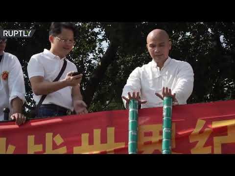 العرب اليوم - شاهد: مدرب كونغ فو صيني يرفع مئة عبوة معدنية وعبوتين بلا أصابع