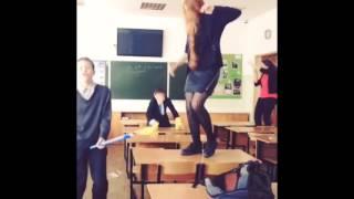 Ксения Бракунова. Танцы на парте