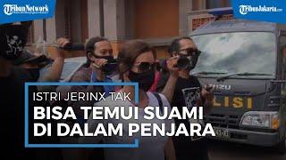 Istri Jerinx SID Tak Bisa Temui Suaminya di Dalam Penjara, Hanya Bisa Lambaikan Tangan