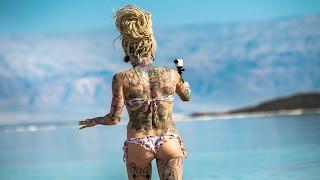 Девочки Купаются в Мертвом Море. Русские в Израиле