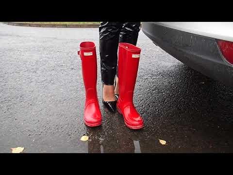 Schwarze Stiletto Pumps zu Hunter Original Tall rot am Parkplatz
