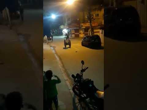 Homem anda em cima de uma carretilha de madeira, cai e explode uma granada
