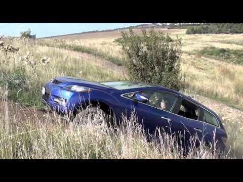 Der Autofahrer ist im Begriff, die Wüste sein Wagen zu überqueren verbraucht 1 l des Benzins
