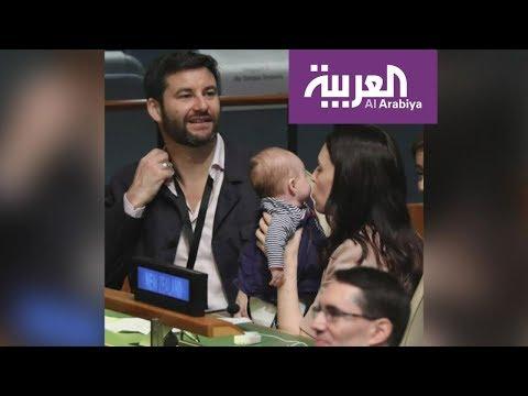 العرب اليوم - شاهد: رئيسة الحكومة النيوزيلندية تُحضر رضيعتها إلى اجتماع هام