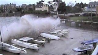 preview picture of video 'Tempête -Saint-Malo-Grandes marées Bretagne-Sturmflut Storm Tide Marea Giant waves'
