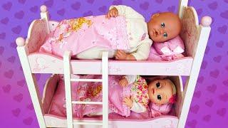 Die Baby Born Puppen bekommen ein neues Etagenbett. Spielzeug Video für Kinder