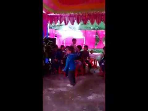 Bé trai 4 tuổi nhảy nhiệt tình tại đám cưới. Quá đẹp và quá hay!