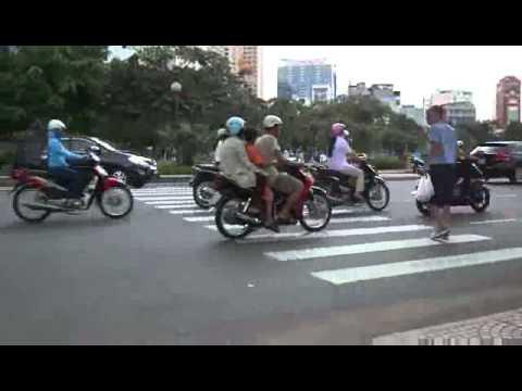 24 שניות של אומץ - כך חוצים כביש בויאטנאם