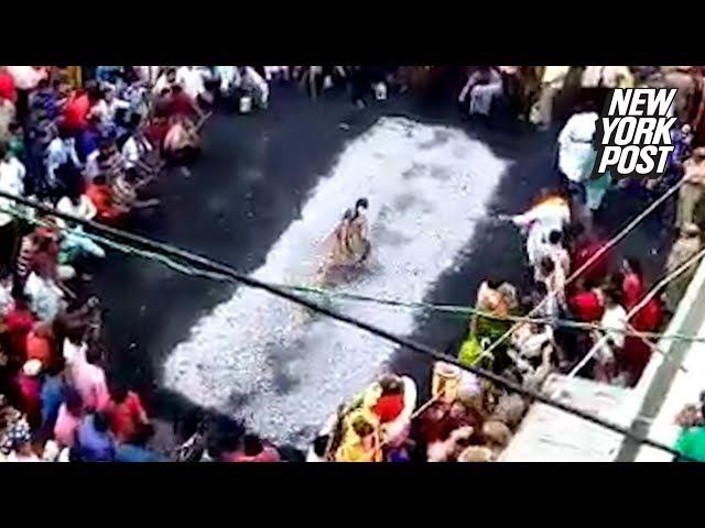 امرأة هندية تسقط داخل فحم محترق أثناء الاستعراض بالسير عليه