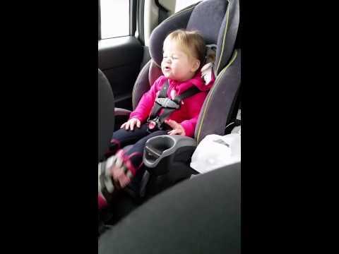Divgadīga meitene izklaidējas automašīnā