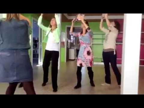 Bekijk details van Leraren Keizerskroon dansen met boeken