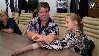 9-летняя Маша получила от новгородских инженеров новый бионический протез руки