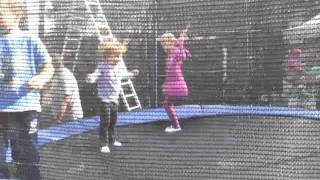 Elinka na trampoline