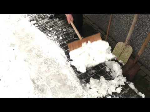 Schnee räumen mit Schneeschaufel und Salz Schnee schüppen Anleitung