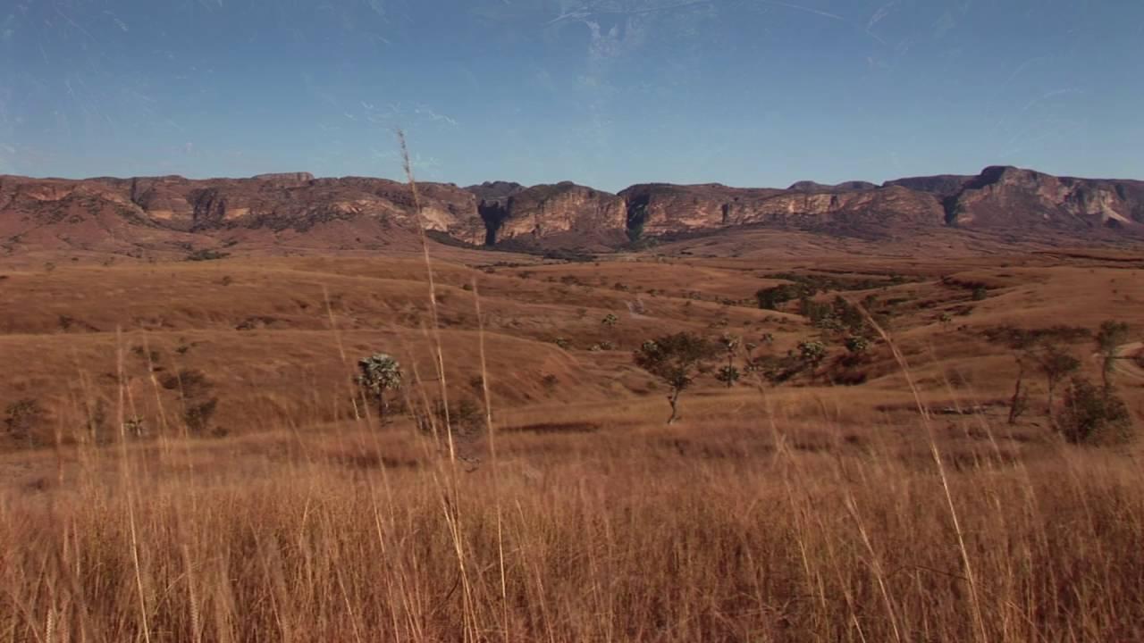 Madagaskar: Isalo-NP Felsenformation Tal der Affen Eisvogel Wasserf䬬e (1:44)