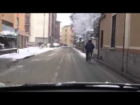 Intrepido ciclista sotto la neve