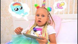 Алиса ухаживает за малышкой ПОНИ или Alice Pretend play with pony and toys !