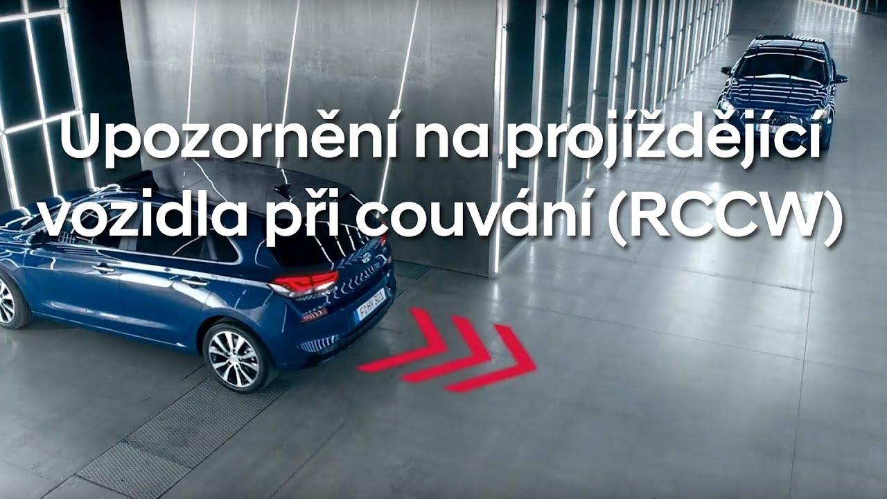 Systém při couvání akusticky i vizuálně ve zpětném zrcátku a na přístrojovém panelu upozorňuje řidiče na vozidla blížící se vzadu z pravé nebo levé strany.