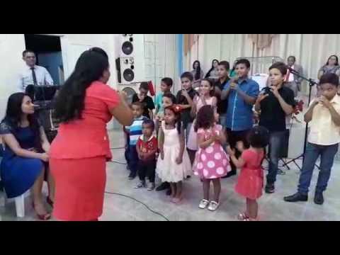 crinças louvando a Deus na Assembleia de Deus em Anisio de Abreu