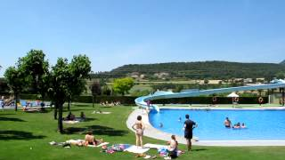 preview picture of video 'Berga Resort - Vista general piscinas de verano, pistas de tenis, escenario animacion'