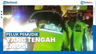 Seorang Polisi Memeluk Pemudik yang Tengah Emosi saat di Pos Penyekatan Tanjungpura Karawang