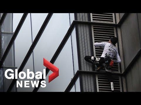 «Κόβει» την ανάσα ο Γάλλος «Σπάιντερμαν» που σκαρφάλωσε σε ουρανοξύστη 230 μέτρων