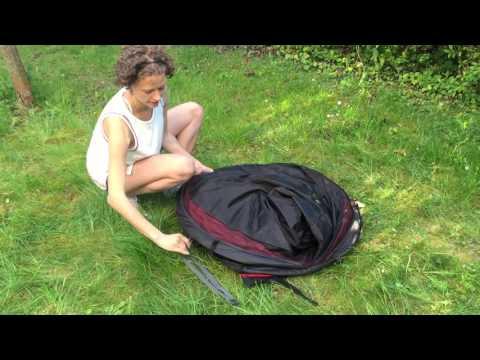 Frau erklärt Wurfzelt Aufbau und Abbau Anleitung