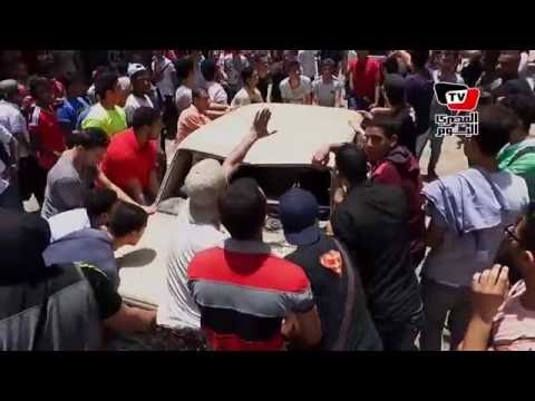 طلاب الثانوية العامة يحطمون «سيارة» أمام «التعليم» ويطالبون بـ«إسقاط الوزير»