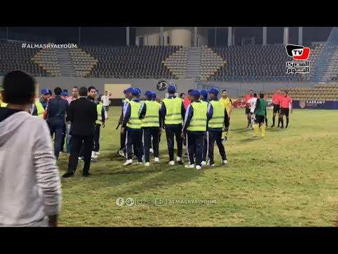 مدرب دجلة ينفعل غاضبا علي حكم مباراة المصري بعد نهاية اللقاء.. والأمن يتدخل للفصل بينهم