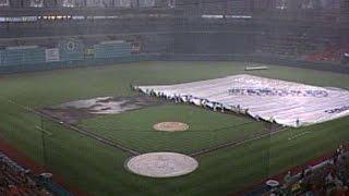 NYM@FLA: Grounds crew wrestles with tarp in Miami