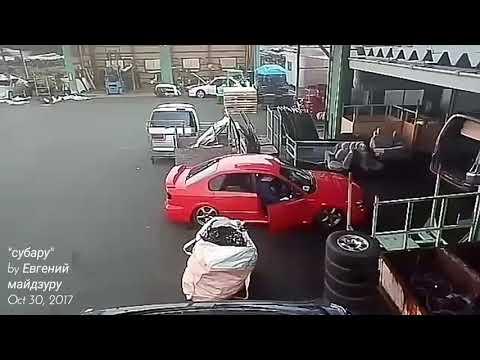 Бьёт Subaru кувалдой