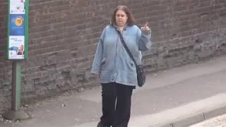 Смотреть онлайн Женщина танцует на остановке