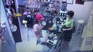 Девушка украла чай в магазине