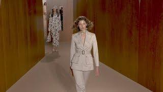 Debut Alexa Chung sebagai Desainer di Pekan Mode London 2019