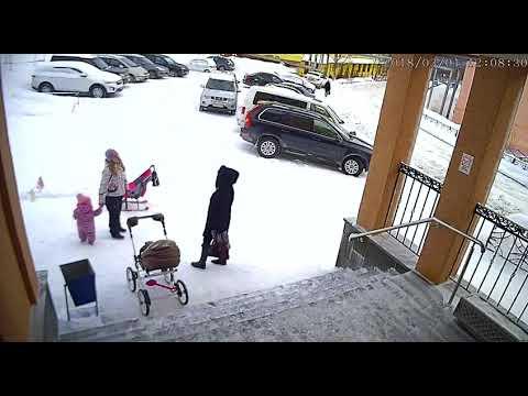 Огромная глыба снега, упавшая с крыши, чуть не покалечила двух женщин и ребенка