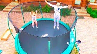 ОДНИ ДОМА купили ОГРОМНЫЙ БАТУТ Настя Саша Мама и Папа прыгают на батуте For KIDS