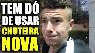 SEMPRE TEM ALGUMA TRADIÇÃO QUANDO TEMOS UMA CHUTEIRA NOVA...  CHUTEIRAS NOVAS:https://busca.nike.com.br/busca?q=CHUTEIRAS  [SEJA MEMBRO] e vire PARCEIRO DO BANHEIRISTAS!: https://www.youtube.com/channel/UCriRvZSnEFPSMqSya2s2U6g/join [O QUE VOCÊ VAI TER SE VIRAR MEMBRO]: -1 VIDEO EXCLUSIVO POR SEMANA! -1 LIVE MENSAL EXCLUSIVA! -POSTAGENS EXCLUSIVAS NA COMUNIDADE DO YOUTUBE! -SELOS EXCLUSIVOS QUE TE INDENTIFICA COMO MEMBRO NOS COMENTÁRIOS! -EMOJI EXCLUSIVO DO BANHEIRISTAS!  IRMÃOS LO:https://www.youtube.com/channel/UCGmK5lxJny00jnQl03rvgEw/videos  ORLANDO SOCCER CAMP JUL/2019 COM BANHEIRISTAS: http://r9soccercamp.com/  [INSCREVA-SE NO CANAL]  INSTAGRAM @banheiristas @caiolo @vitorlo_ @owenesquilo @patrickvolpi  APENAS! CONTATO COMERCIAL: banheiristas@emailtb.com.br