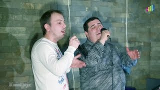 Смотреть онлайн Мужчины красиво поют в ресторане
