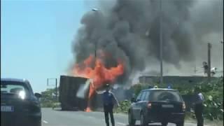 Polignano, camion carico di pallet prende fuoco sulla SS16 - IL VIDEO