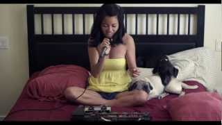 Смотреть онлайн Брюнетка записывает отличную песню