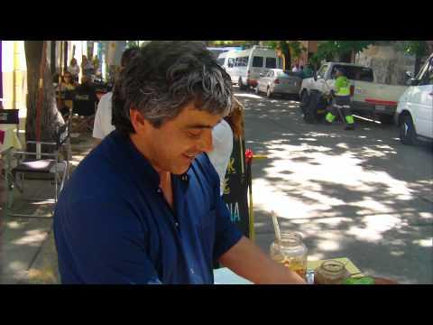 Lo que muchos extranjeros buscan: comerse un choripan en La Bombonera