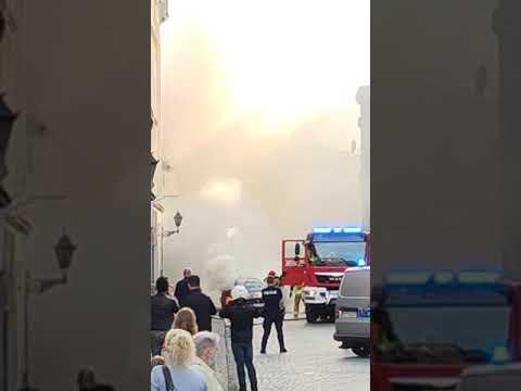 Wideo1: Auto w płomieniach na ul. Chrobrego w Lesznie