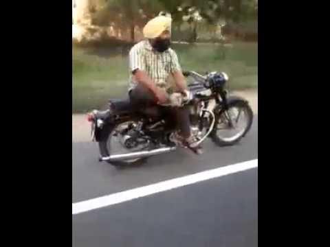 Đây là cách đàn ông Ấn Độ lái xe máy